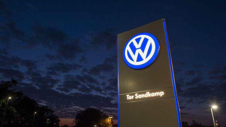 Le logo du constructeur automobile Volkswagen devant son siège social à Wolfsburg (Allemagne), le 25 septembre 2015. (JOHN MACDOUGALL / AFP)