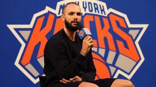 Evan Fournier lors d'une conférence de presse au Madison Square Garden le 17 août 2021. (DUSTIN SATLOFF / GETTY IMAGES NORTH AMERICA / AFP)