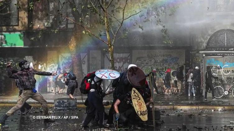 Un canon à eau utilisé à Chili contre les manifestants crée malgré lui un arc-en-ciel. (FRANCE 2)