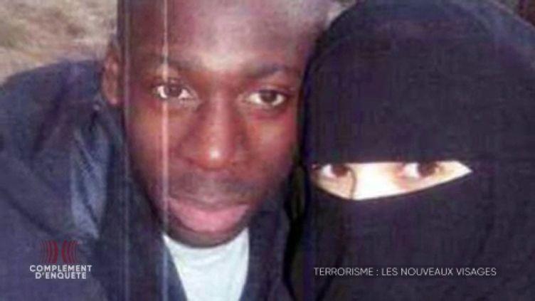 Attentats de janvier 2015 : quel a été le rôle exact d'Hayat Boumeddiene, la compagne d'Amedy Coulibaly ? (COMPLÉMENT D'ENQUÊTE/FRANCE 2)