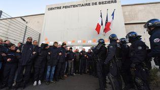 Des surveillants de prison face à des CRS à Bézier (Hérault), le 23 janvier 2018. (PASCAL GUYOT / AFP)