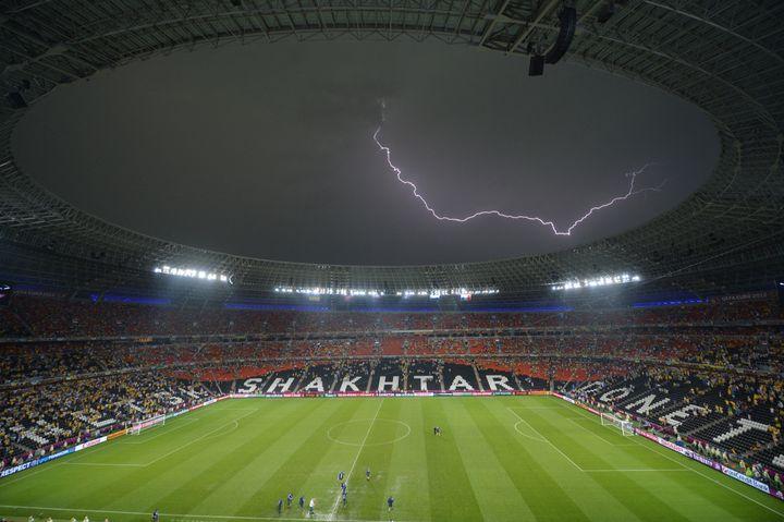 Le match entre la France et l'Ukraine dans la Donbass Arena de Donetsk avait été marqué par un orage très violent, le 15 juin 2012. (SERGEI SUPINSKY / AFP)
