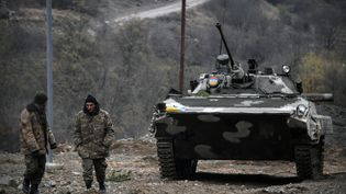 Des soldats arméniens, dans la région du Haut-Karabakh,le 12 novembre 2020, trois jours après la signature d'un cessez-le-feu avec Azerbaïdjan. (ALEXANDER NEMENOV / AFP)