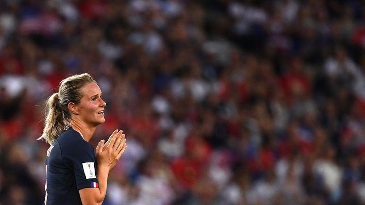 Amandine Henryse tient les mains lors du match de la France face aux Etats-Unis, le 28 juin 2019, au Parc des Princes, à Paris. (FRANCK FIFE / AFP)