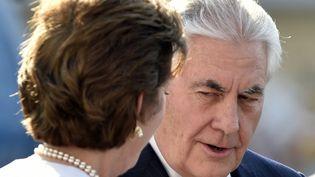 Le secrétaire d'État américain, Rex Tillerson, accueilli sur le tarmac par l'ambassadrice américaine au Mexique, Roberta Jacobson. (PEDRO PARDO / AFP)