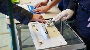 Vote lors des municipales à Grenoble (Isère), le 15 mars 2020. (MAXPPP)