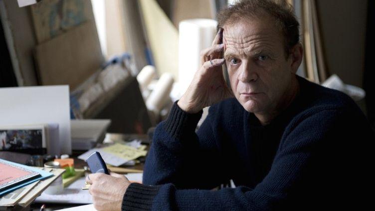 Le photographe et ancien proche de Liliane Bettencourt François-Marie Banier, dans son studio parisien, le 6 octobre 2010. (MIGUEL MEDINA / AFP)