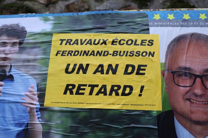 Affiche placardée sur un panneau d'affichage public, sur l'avenue Charles de Gaulle à Savigny-sur-Orge (Essonne) le 14 novembre 2019. (CHARLOTTE CAUSIT / FRANCEINFO)