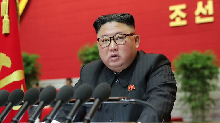 Le dirigeant nord-coréen, Kim Jong-un, lors du 8e Congrès du parti au pouvoir, le 9 janvier 2021 à Pyongyang. (KCNA VIA KNS / AFP)
