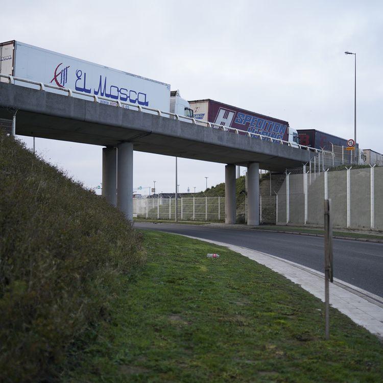 Des camions patientent à l'entrée du port de Calais, le 10 décembre 2020. (PIERRE-LOUIS CARON / FRANCEINFO)