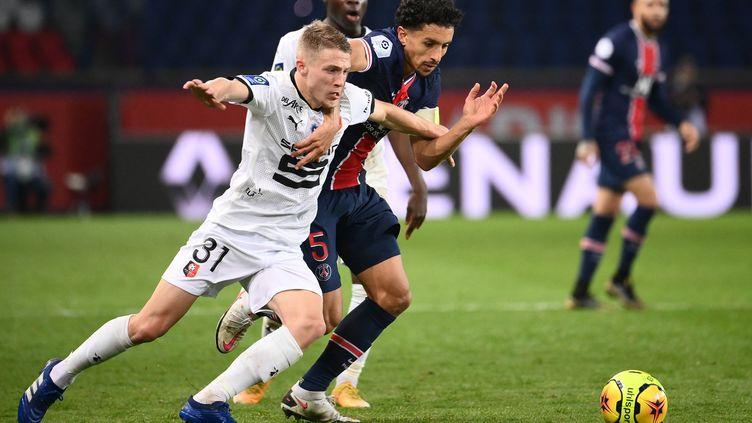 Adrien Truffert (Rennes) au duel avec Marquinhos (PSG) (FRANCK FIFE / AFP)