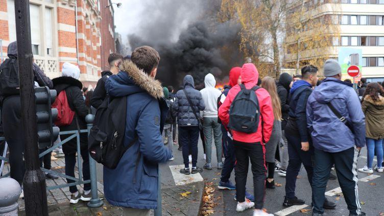 Des centaines d'élèves de lycées de Roubaix et Tourcoing affrontent des policiers à Roubaix. (FRANCOIS CORTADE / FRANCE-BLEU NORD)