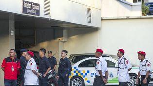 Des policiers malaisienssurveillent l'entrée de l'hôpital Putrajaya de Kuala Lumpur, où le demi-frère de Kim Jong-un a été transporté après avoir été attaqué à l'aéroport, lundi 13 février 2017. (ALEXANDRA RADU / ANADOLU AGENCY / AFP)