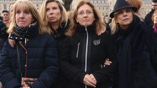 Les filles de Jacqueline Sauvage et ses avocates, lors d'un rassemblement contre sa condamnation en appel, le 12 décembre 2015 à Paris. (CITIZENSIDE / GEORGES DARMON / AFP)