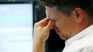 Un trader réagit alors que la Bourse de Francfort(Allemagne) dégringole, le 24 août 2015, dans le sillage des places financières asiatiques. (RALPH ORLOWSKI / REUTERS)