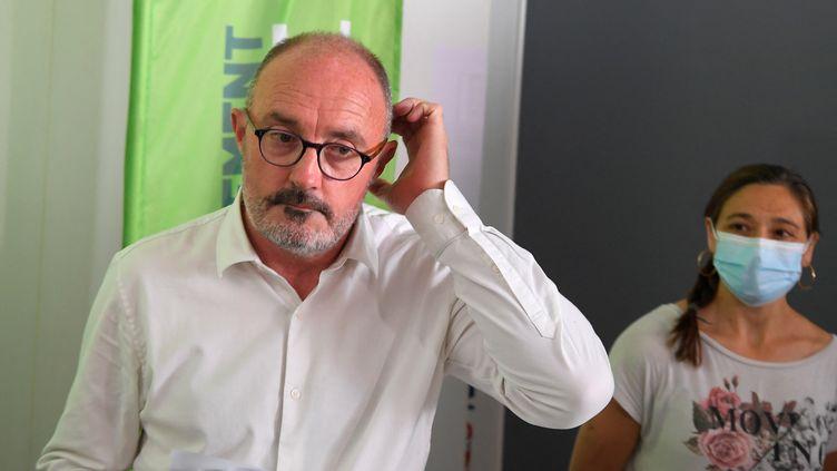 Le candidat de la gauche aux régionales en Paca, Jean-Laurent Félizia, annonce le retrait de sa liste avant le second tour, lors d'une conférence de presse, le 21 juin 2021, à Marseille (Bouches-du-Rhône). (NICOLAS TUCAT / AFP)