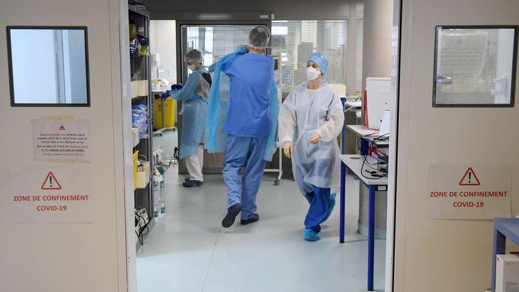 Des soignants marchent dans un couloir du service de réanimation de l'hôpital Nord de Marseille (Bouches-du-Rhône), le 2 février 2021. (NICOLAS TUCAT / AFP)