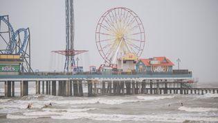 Des personnes surfent devant la tempête tropicale Nicholas le 13 septembre 2021 à Galveston, au Texas (Etats-Unis). (BRANDON BELL / GETTY IMAGES NORTH AMERICA / AFP)