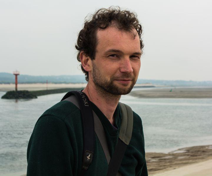 Le naturaliste Aymeric Evrard, sur la plage du Touquet (Pas-de-Calais) où ont été retrouvés deux phoques morts, le 29 avril 2018. (MATHILDE GOUPIL / FRANCEINFO)