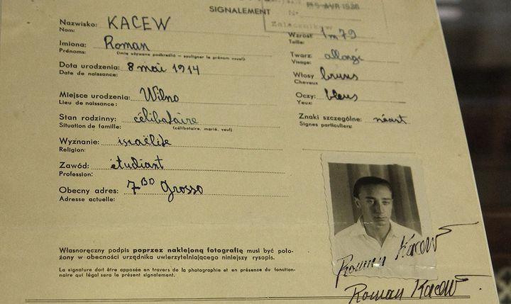 Certificat de résidence rédigé en 1938  (PETRAS MALUKAS / AFP)