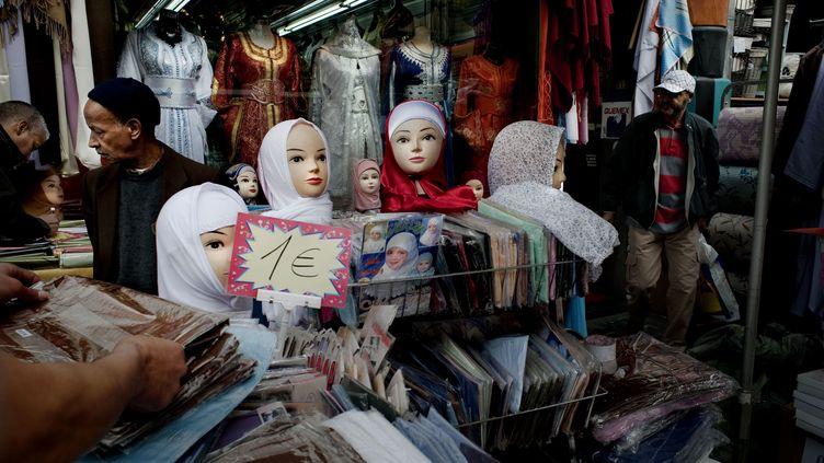 """Un magasin vendant des voiles islamiques à Bruxelles (Belgique), le 13 février 2017, symbole de ce queFarhad Khosrokhavar appelle """"l'ethnic business"""". (SCHROEDER ALAIN / HEMIS.FR / AFP)"""