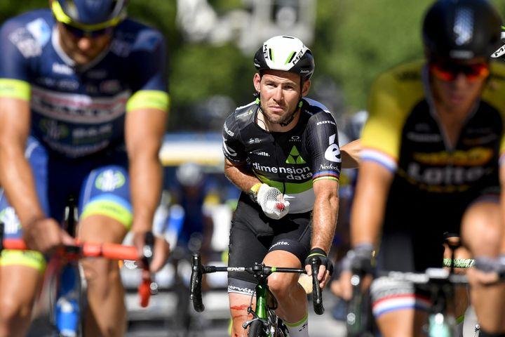Mark Cavendish, blessé après une chute sur la 4e étape du Tour de France 2017. Alors chez Dimension Data, il abandonnera le soir même. (DIRK WAEM / BELGA MAG)
