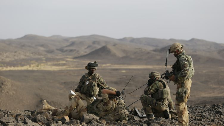 Des militaires français dans le massif montagneux de l'Adrar des Ifoghas, au Mali, le 16 mars 2013. (KENZO TRIBOUILLARD / AFP)