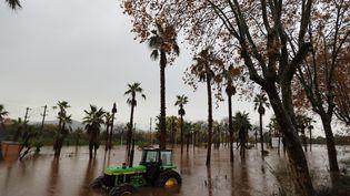 Un tracteur abandonné au milieu des inondations àRoquebrune-sur-Argens (Var), le 23 novembre 2019. (VALERY HACHE / AFP)