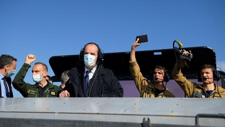 Le Premier ministre Jean Castex à bord du porte-avions Charles-de-Gaulle, au large de Toulon (Var), le 5 juin 2021. (NICOLAS TUCAT / AFP)