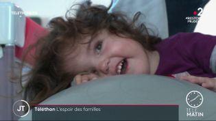 Lapetite Élisa, atteinte d'amyotrophie spinale. (France 2)