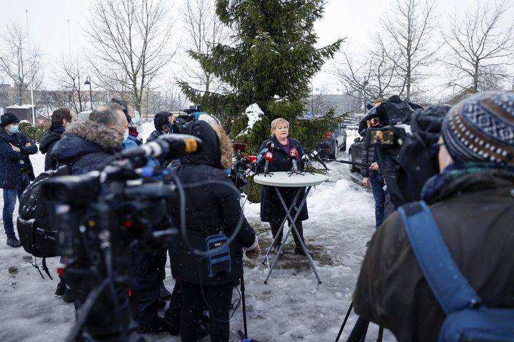 La Première ministre norvégienne Erna Solberg a rendu visite aux sinistrés de la localité d'Ask, le 30 décembre 2020, après un important glissement de terrain. (JIL YNGLAND / NTB)