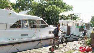 Sur la route du canal du Midi, le temps est long et la fin des vacances plus douces. À vélo ou en bateau, il remporte tous les suffrages. (CAPTURE ECRAN FRANCE 3)