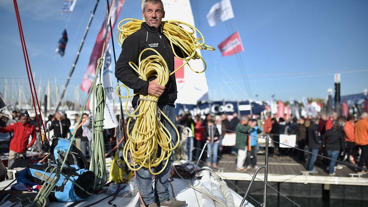 Le skipper Sébastien Destremau sur le pont des Sables d'Olonne (Vendée), le 3 novembre 2016. (JEAN-SEBASTIEN EVRARD / AFP)