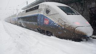 Sans surprise, les voies ferrées ont très vite été recouvertes de neige, gênant considérablement la circulation des trains. A Bourg-Saint-Maurice (Savoie), de nombreux TGV ont eu plusieurs heures de retard. (PATRICK FLOHIMONT / CITIZENSIDE / AFP)