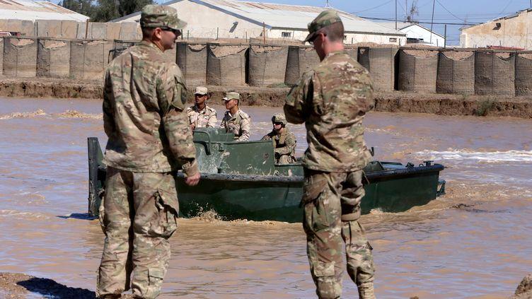 Des militaires américains dans le camp de Taji (Irak), le 6 mars 2017. (SABAH ARAR / AFP)