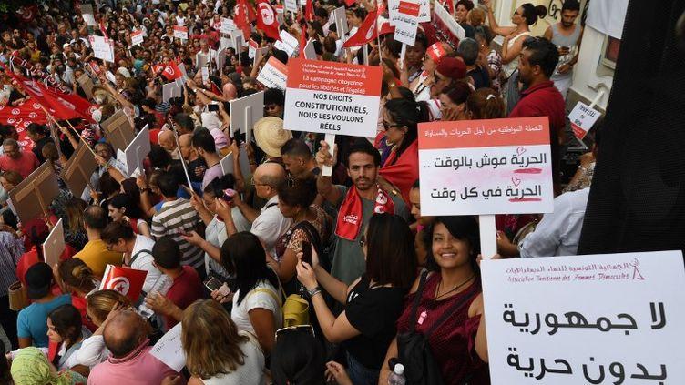 Des milliers de Tunisien.ne.s se sont rassemblés lundi à Tunis pour réclamer l'égalité des droits hommes-femmes lors de la Journée nationale des femmes. (FETHI BELAID / AFP)
