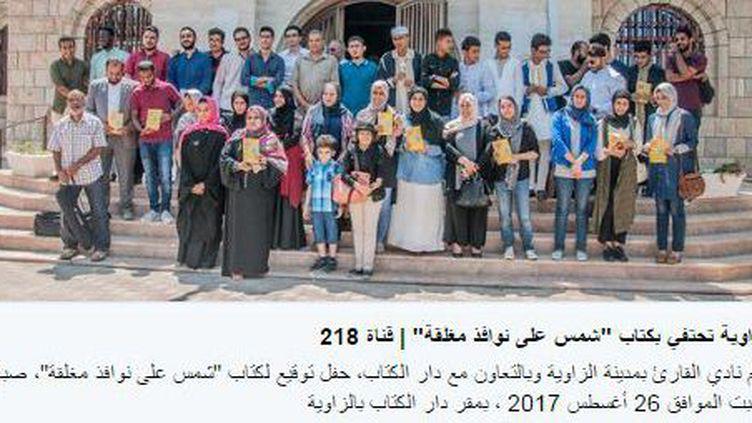 Capture d'écran de la page Twitter illustrant la présentation de l'anthologie «Du soleil sur des fenêtres fermées» par les auteurs et auteures libyens des textes, le 26 août 2017, à la bibliothèque municipale d'al-Zawiya. (Taha Krewi/ (DR))
