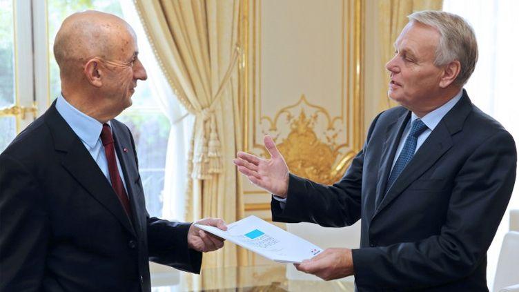Le Commissaire général à l'investissement Louis Gallois, rend son rapport au premier Ministre Jean-Marc Ayrault, le 5 novembre 2012. (PHILIPPE WOJAZER / POOL)