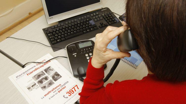 Une salariée répond au téléphone dans un centre d'appels du 3977dédié aux violences contre lesadultes handicapés et les personnes âgées. (REMI WAFFLART / MAXPPP)