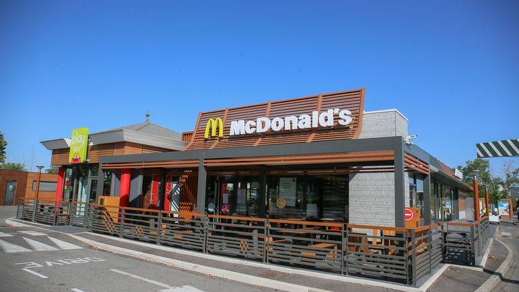 Un restaurant de la chaîne McDonald's à Romans-sur-Isère, dans la Drôme, le 11 août 2020. (NICOLAS GUYONNET / HANS LUCAS / AFP)