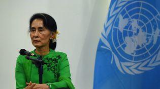 Aung San Suu Kyirépond à des journalistes lors d'une conférence de presse avec le secrétaire général de l'ONU, àNaypyidaw (Birmanie), le 30 août 2016. (ROMEO GACAD / AFP)