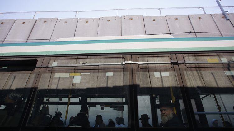 Des juifs orthodoxes dans un bus à Bethléem, en Cisjordanie, le 15 octobre 2013. (BAZ RATNER / REUTERS)