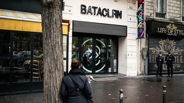 Une femme se tient devant la salle de concert du Bataclan (Paris), le 13 novembre 2020.  (XOSE BOUZAS / HANS LUCAS / AFP)