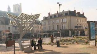 Certains élus proposent des solutions pour aider leur territoire et leurs administrés. À Nevers (Nièvre), le maire a décidé de tout miser sur le numérique et sur les nouvelles technologies en incluant toutes les générations. (France 2)