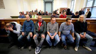 """Six des huit salariés de Goodyear, poursuivispour """"séquestration et violences en réunion"""",assis à l'intérieur du Palais de justice à Amiens, le 19 octobre 2016. (FRANCOIS NASCIMBENI / AFP)"""