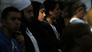 Des fidèles musulmans participent à une messe à la cathédrale de Rouen (Seine-Maritime), le 31 juillet 2016, en hommage au père Jaques Hamel. (CHARLY TRIBALLEAU / AFP)
