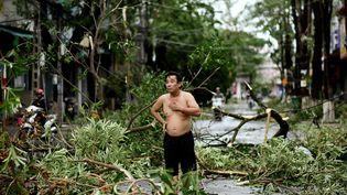 Un homme l'air hagard, après le passage du typhon dans la province de Quang Ngai, le 28 octobre 2020. (MANAN VATSYAYANA / AFP)