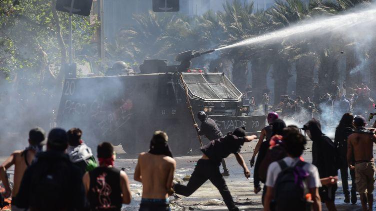 Des heurts ont éclaté lundi 21 octobre entre militaires et manifestants, à Santiago, au Chili. (MARTIN BERNETTI / AFP)