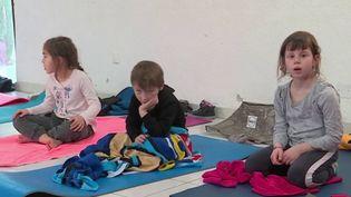 Pour lutter contre la dispersion des plus petits, certaines écoles ont fait le pari du yoga. (FRANCE 3)