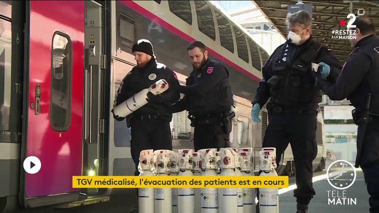 Un train médicalisé doit quitter Strasbourg (Bas-Rhin) avec 20 patients à son bord pour désengorger les hôpitaux du Grand Est. (FRANCE 2)